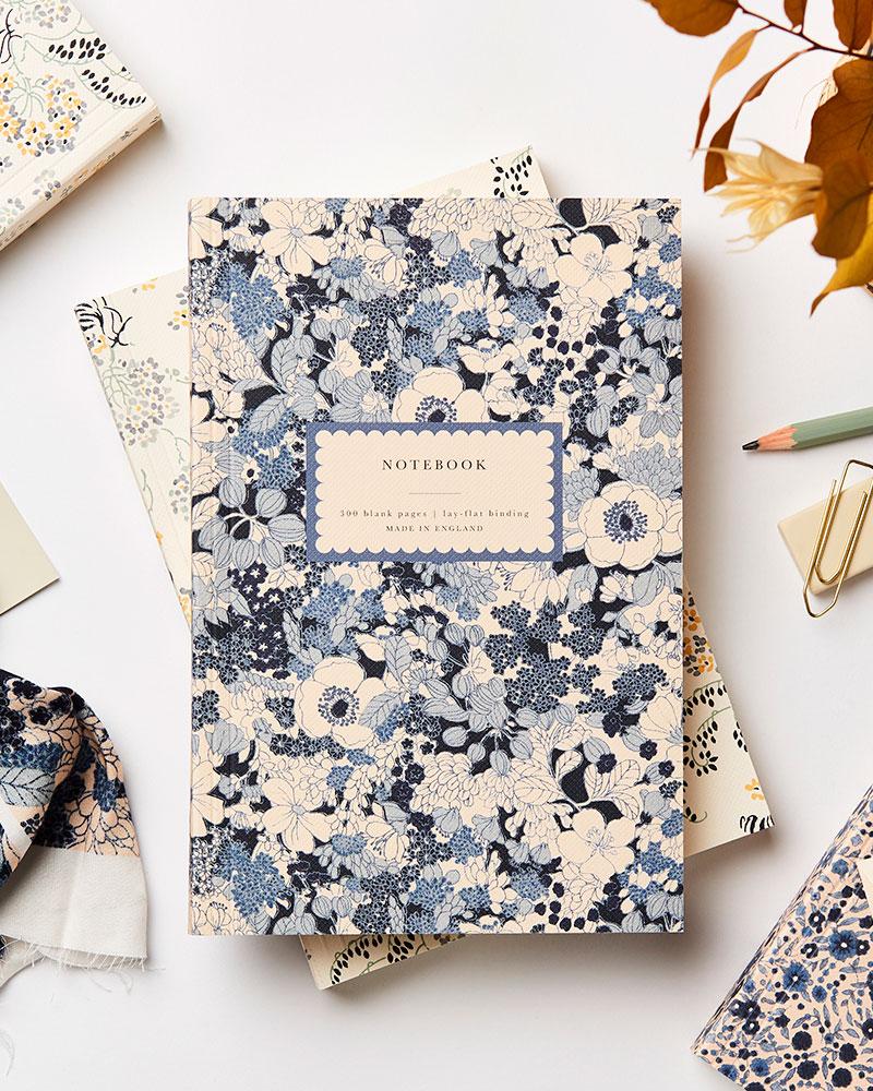sininen kukkakuvioinen muistikirja