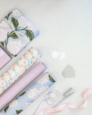 Violettejä, sinisiä ja kukallisia lahjapapereita