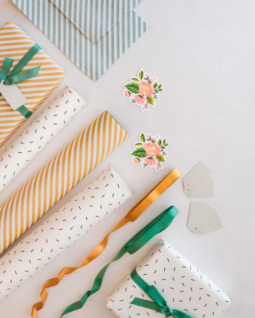 Raidallista ja pilkullista lahjapaperia