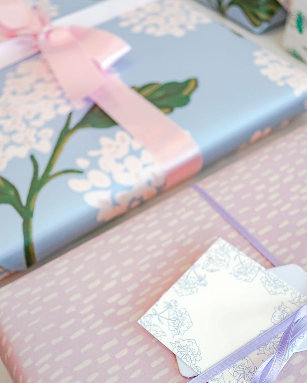 Lähikuva lahjapaketointisetin tarvikkeista