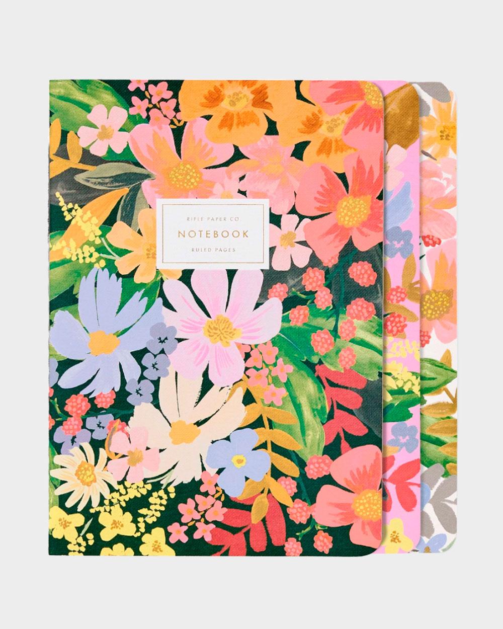 värikkäitä kukkakantisia vihkoja kolme kappaletta