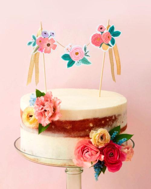 Kukkakuvitettu kakkukoriste kakussa