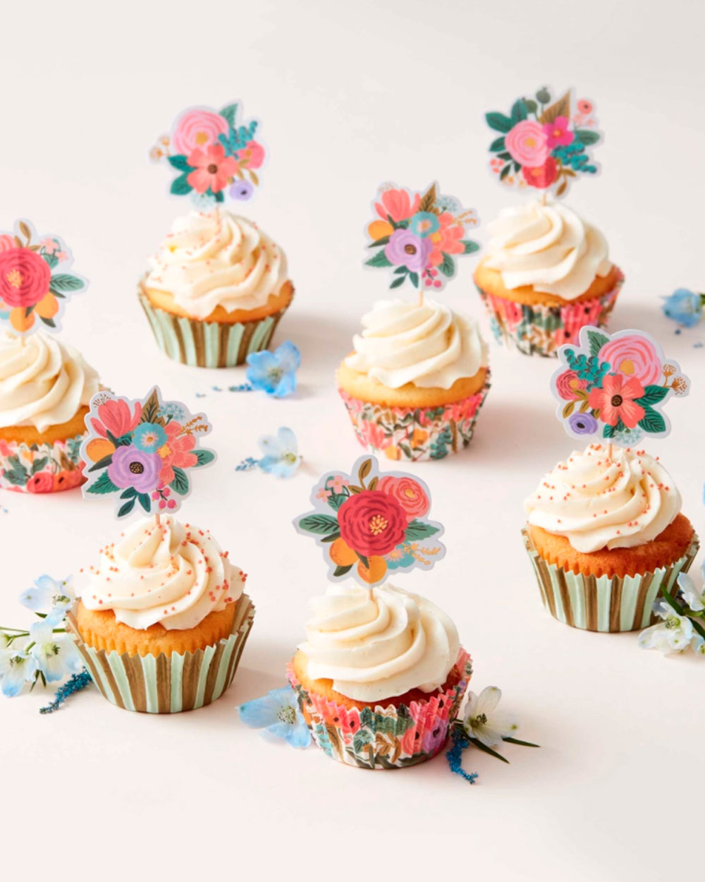 Kukkakuvioidut koristeet muffinssien päällä