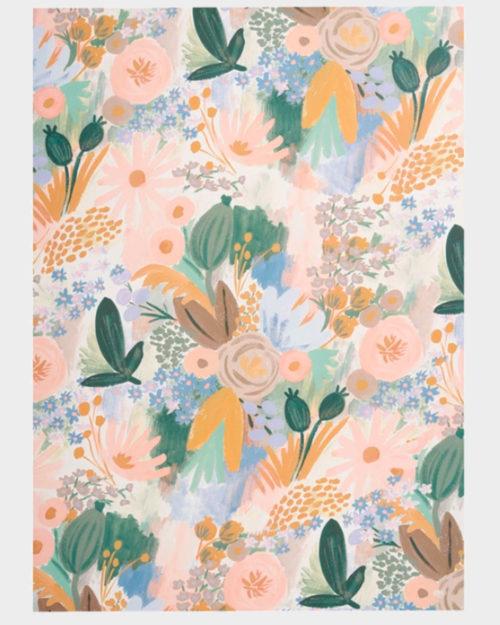 vaaleasävyinen kukkakuvioinen lahjapaperi