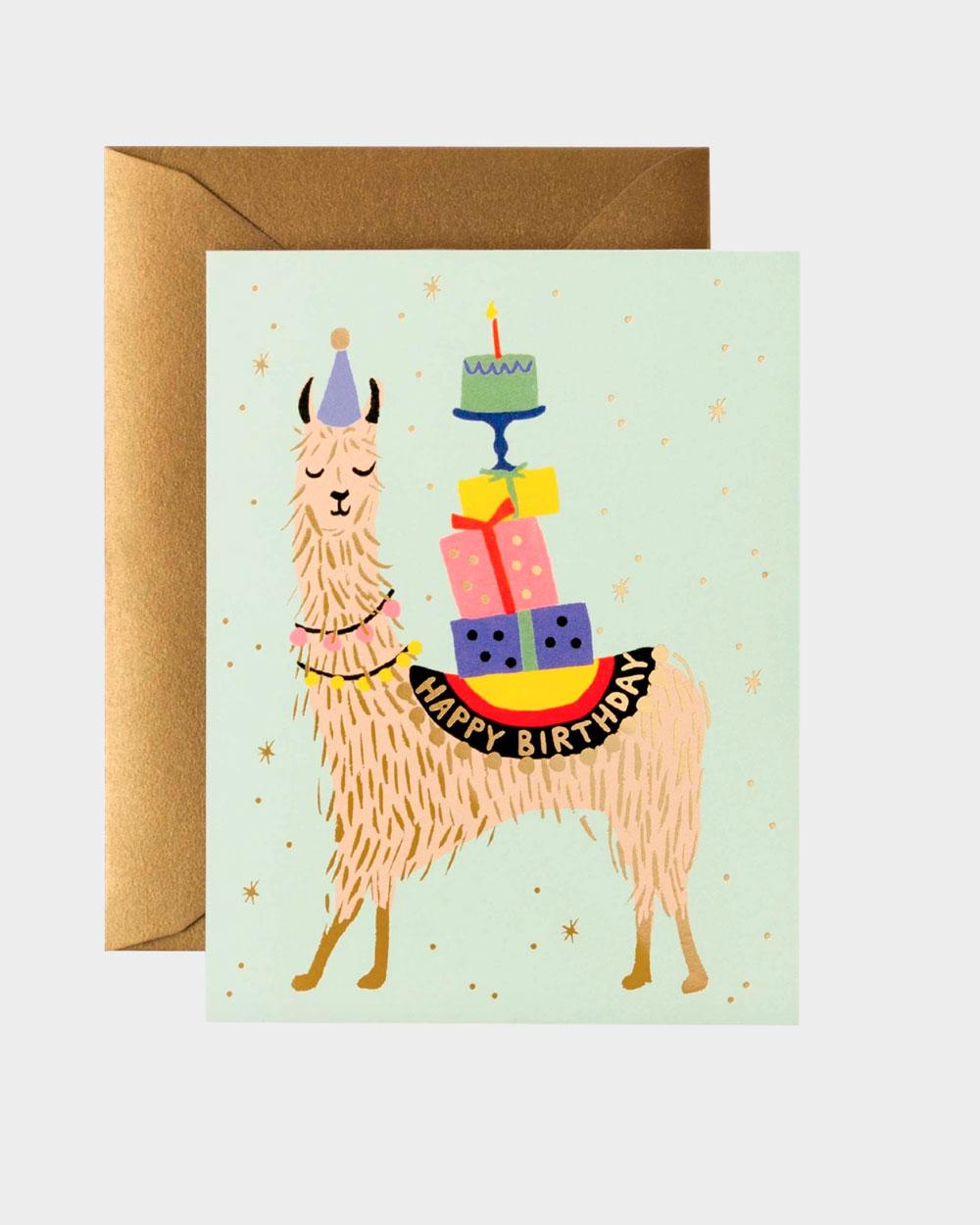syntymäpäiväkortti kuvituksena alpakka ja pino lahjoja ja kakku
